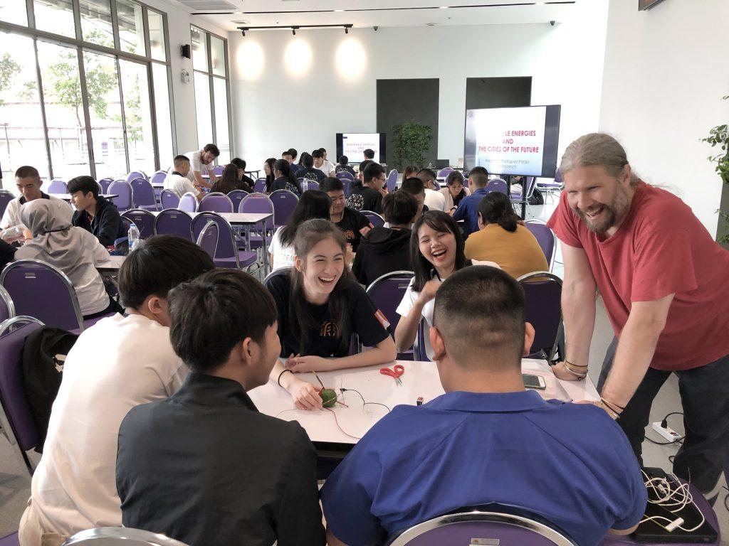 Cambridge professor mentoring students @ Future Cities